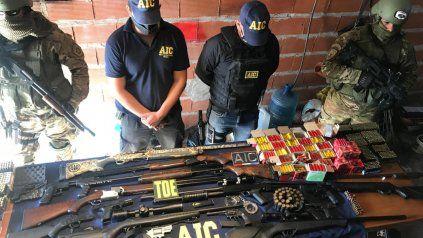 Los fusiles y armas de alto poder de fuego incautados al grupo acusado de comercializarlas.