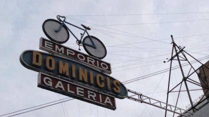 El viejo cartel de la bicicletería Dominicis era una invitación a la aventura para los amantes de ciclismo y el aire libre.