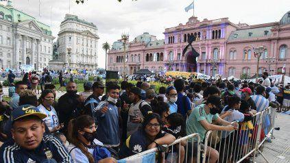 La multitud despide a Diego Maradona frente a la Rosada