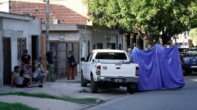 La familia de Nicolás Fino Ocampo en la puerta de su casa y frente a la camioneta en que asesinaron al ladero de Alvarado.