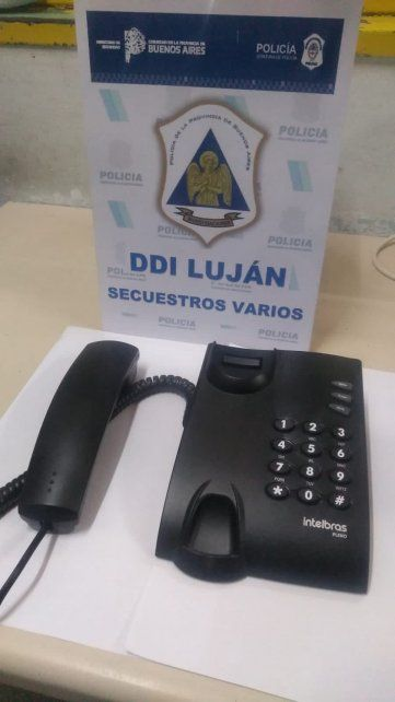 El teléfono que encontraron en la celda del jefe de la banda de Los Monos. Foto vía Twitter: @RodrigoMiro76