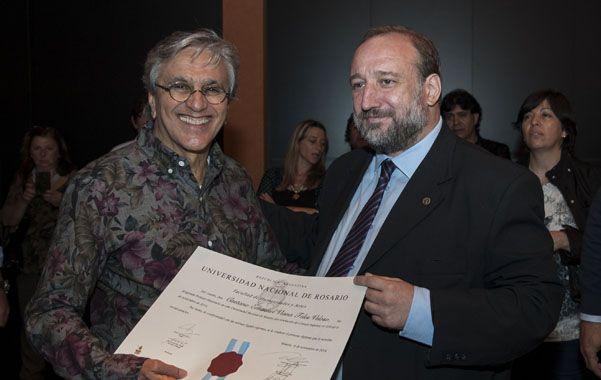 Maiorana distinguió al cantautor brasilero como Profesor Honorario de la Universidad.