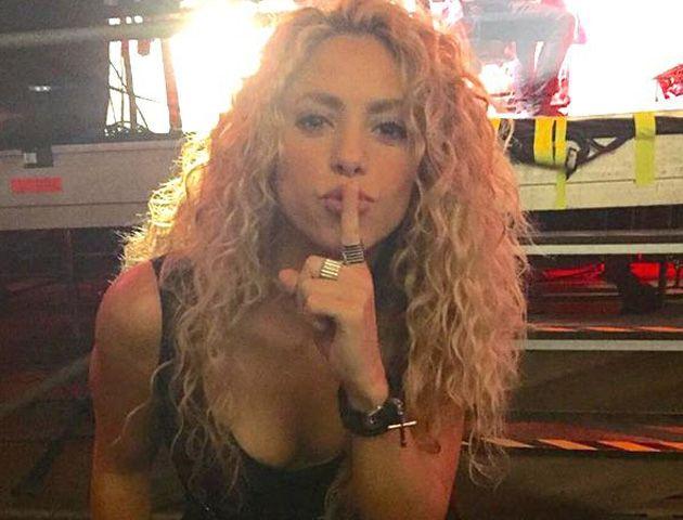 La colombiana sorprendió a los músicos tras aparecer en el momento exacto en que el vocalista de la banda interpretaba Mi verdad.