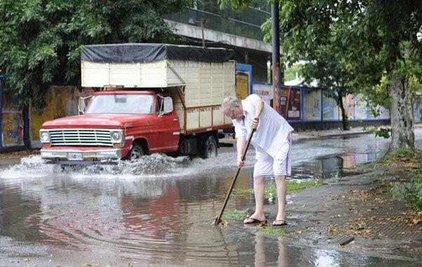 La gran cantidad de lluvia anegó varias calles en la ciudad.