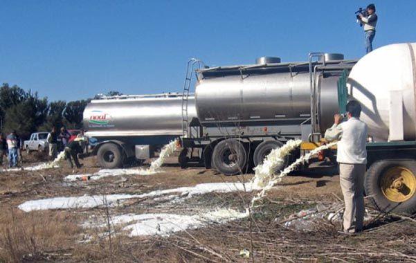 devolución. El acuerdo alcanzado ayer prevé que la industria compensará al tambero por la leche desechada.