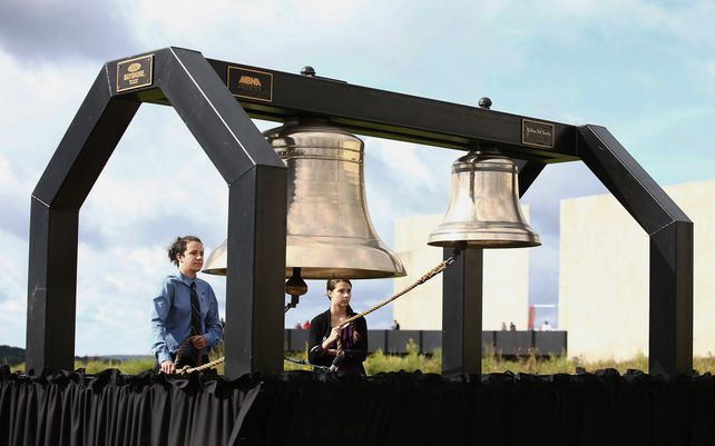 Estudiantes de Shanksville-Stonycreek High School tocan las campanas en el homenaje a la tripulación del vuelo 93, en el Monumento Nacional del Vuelo 93 en Shanksville, Pensilvania. El domingo se conmemora el 15º aniversario de los ataques del 11 de septiembre.