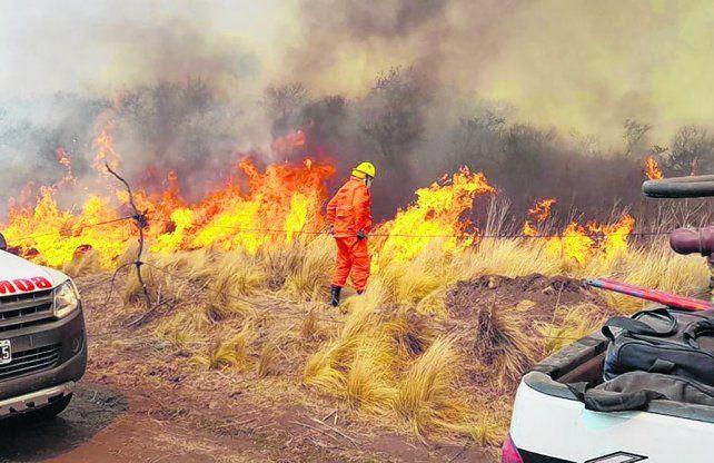 Valle de Punilla. Unos 200 bomberos trabajaron ayer por la tarde para contener el fuego.