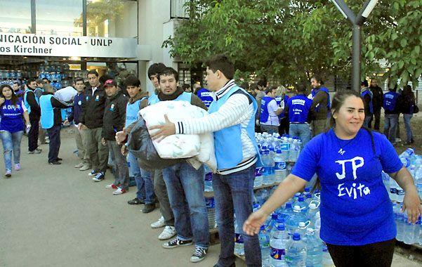 Solidarios. Jóvenes militantes trabajan sin descanso por los inundados.