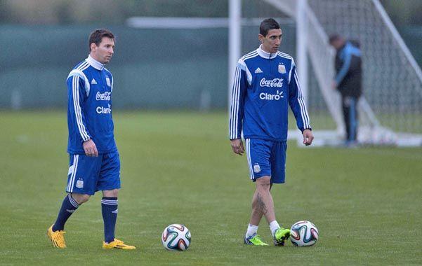Dos rosarinos en Manchester. Messi y Di María durante el entrenamiento en el predio de Carrington.