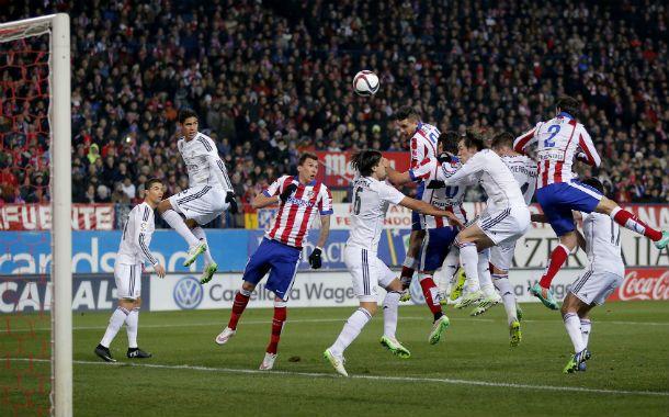 Centro al área. El Atlético se impuso en el partido de ida ante el clásico rival madrileño.