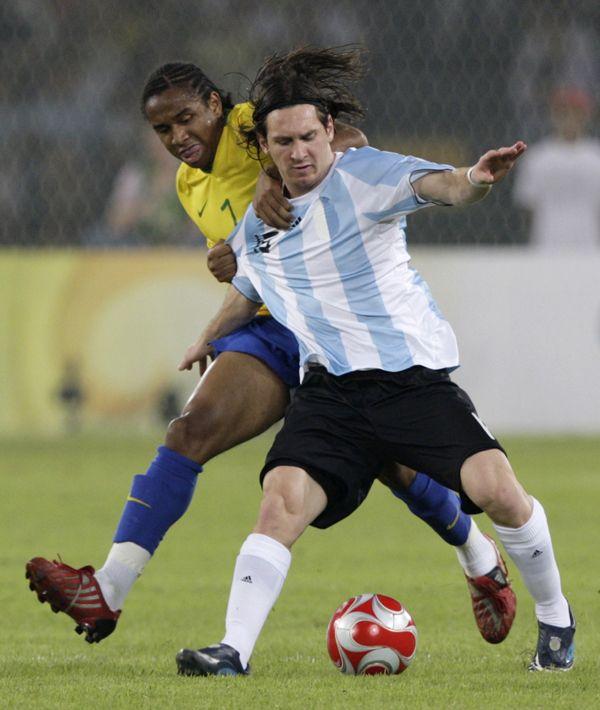 Argentina aplastó 3 a 0 a Brasil y el sábado juega por el oro con Nigeria