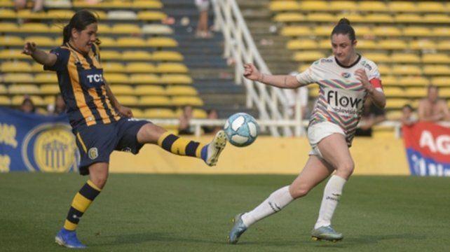 Partido disputado. La canalla Daiana Gómez intenta maniobrar ante la capitana visitante Gisele García.