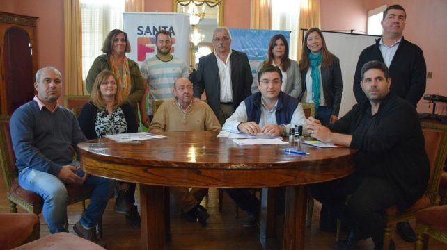 En sintonía. El ministro Alvarez con los funcionarios de las localidades involucradas en el convenio.