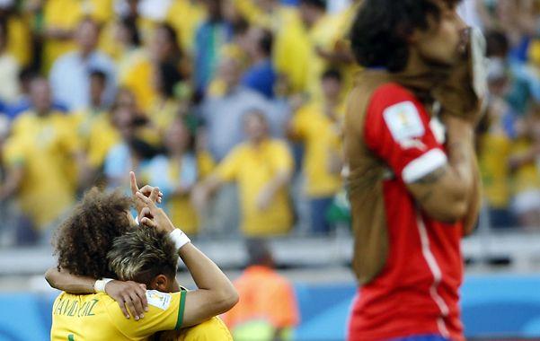 David Luiz y Neymar agradecen el pasaje obtenido. Rezos y promesas sobre el césped.