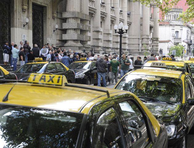 Los taxis bloquean el tránsito en calle Santa Fe