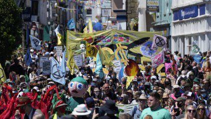 Colorida manifestación en Falmouth, cerca de la sede de la cumbre del Grupo de los Siete.