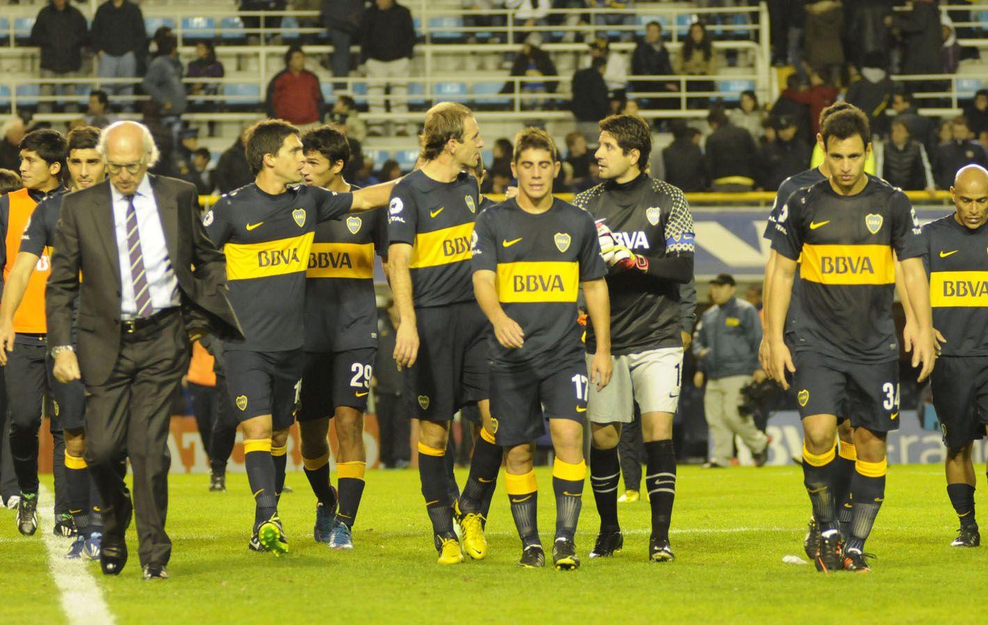 Punto y nada más. El Virrey Bianchi deja la cancha junto a sus jugadores. Boca
