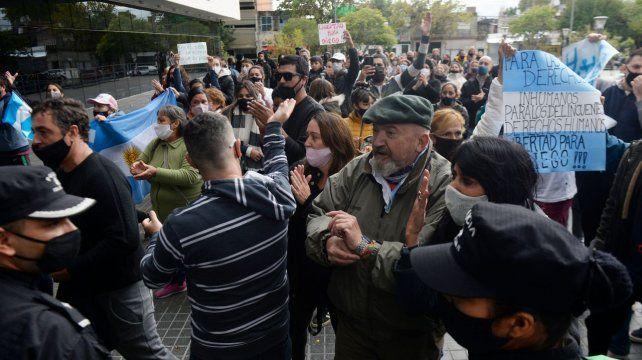 Vecinos y familiares del imputado manifestaron su descontento con la decisión judicial.