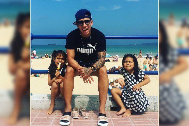 De vacaciones. El rosarino Sarmiento se mostró con sus hijas durante el viaje en España.