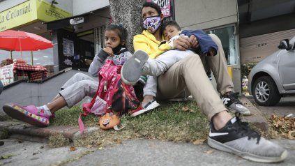Una familia venezolana descansa en una calle de una ciudad de Colombia. Un millón setecientos mil venezolanos se hallan en Colombia,