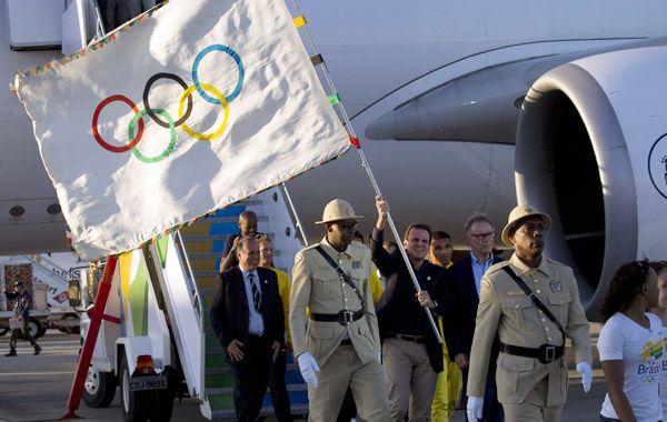 La delegación brasileña baja del avión procedente de Londres.