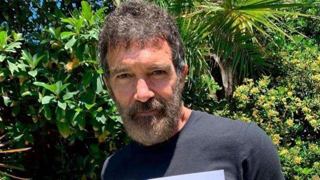 El actor español hoy cumple 60 años y lo festejará aislado por haberse contagiado el virus.