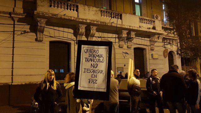 Un grupo de vecinos se manifestó en las puertas de la comisaría 7ª