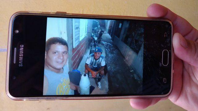 Andres Pizarro y su cuñado Brian Soto en el pasillo en el que vivían en barrio San Francisquito.