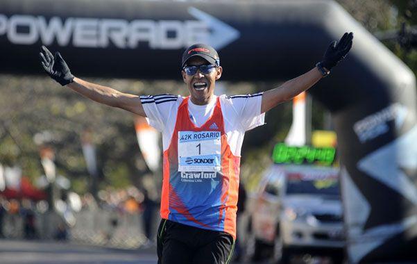 El colombiano Juan Carlos Hernández Rodríguez llega exultante a la meta de los 42 kilómetros. Ganó con holgura de principio a fin. (foto: Héctor Rio)