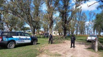 Agentes de varios organismos estatales de la Nación y de la provincia se sumaron al allanamiento ordenado por la Justicia Federal para rescatar a la familia en situación de esclavitud, en un campo de Las Bandurrias.