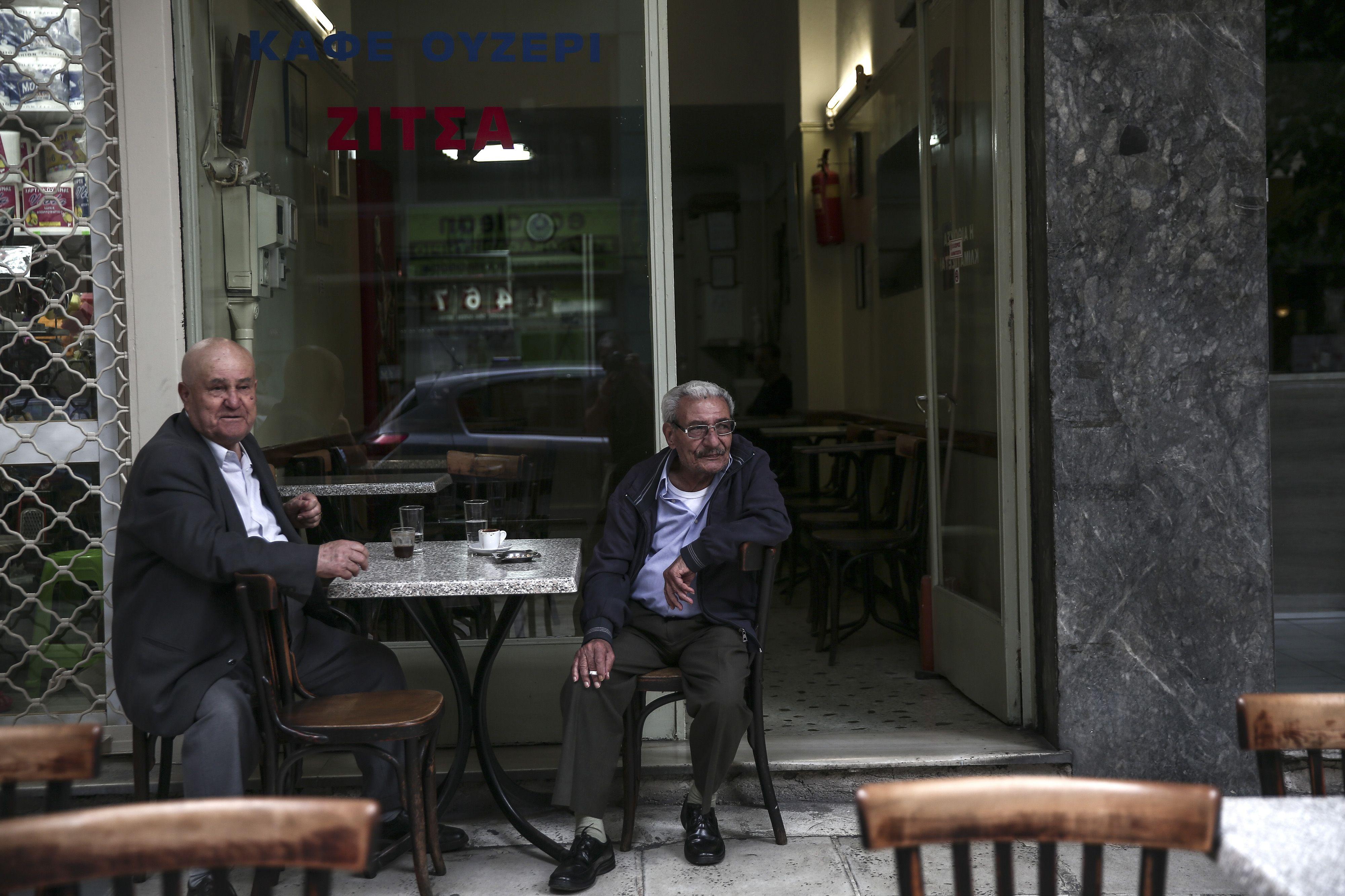 cafecito. Dos griegos en uno de los tantos bares de Atenas. La vida diaria continúa por ahora con normalidad.