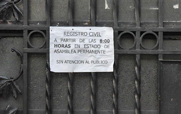 cerrado. Empleados en asamblea. (Marcelo Bustamante / La Capital)