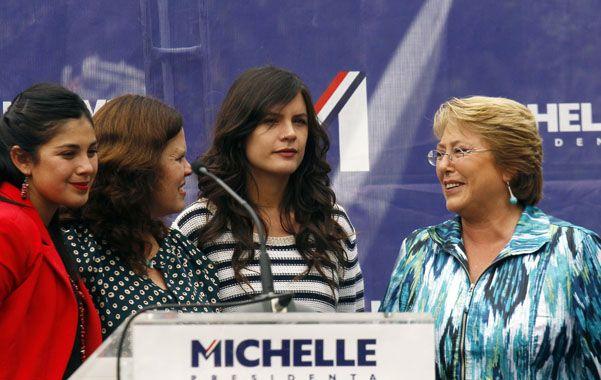 Vuelta a la campaña. Bachelet junto a diputadas electas