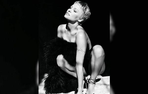 A los 46 años, Pamela Anderson lució nuevo look para un impactante desnudo