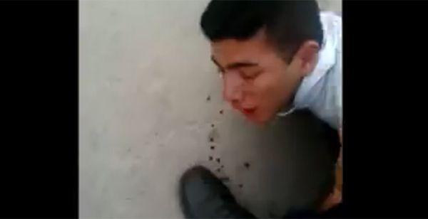 Un fotograma del video capturado por familiares del muchacho detenido.