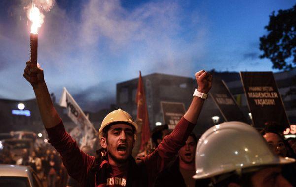 No paran. Los mineros protestaron ayer en Estambul pese al fuerte dispositivo represivo.