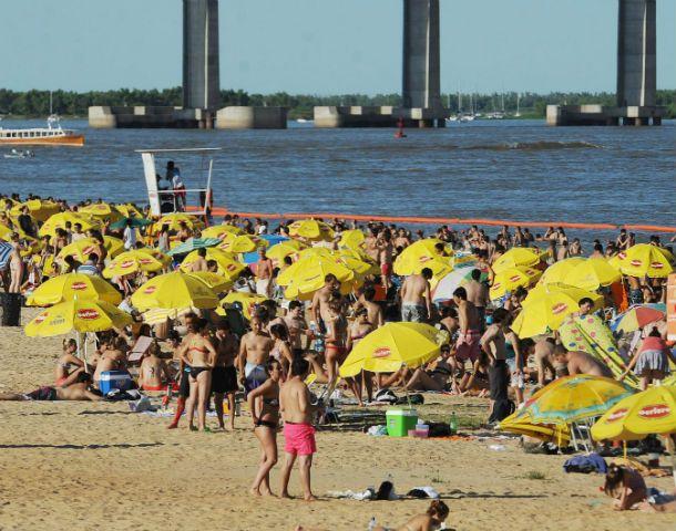La multitud se dio cita en el río para refrescarse en un día agobiante