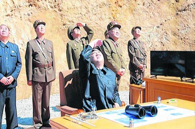 ahí va. Kim Jong-un y sus generales observan el ascenso del misil lanzado el 4 de julio pasado.