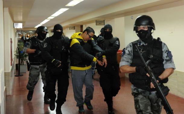 Las fuerzas policiales llevan a uno de los integrantes de la banda Los Monos. (Foto de archivo)