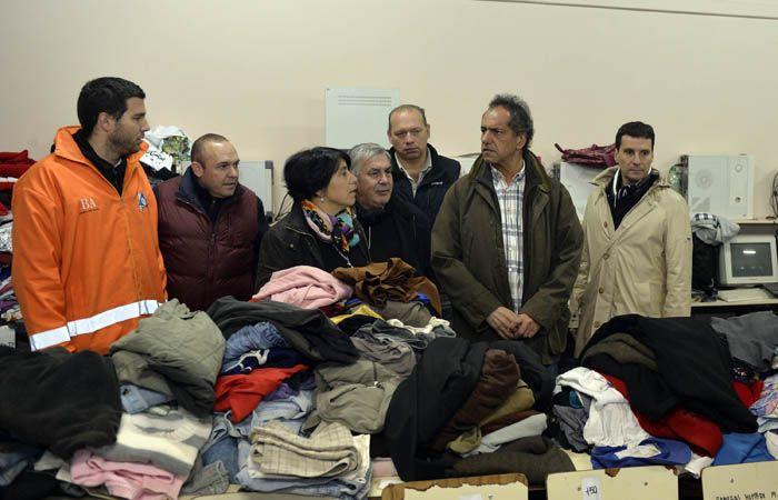 Scioli dialoga con voluntarios que trabajan para ayudar a los vecinos de Salto.