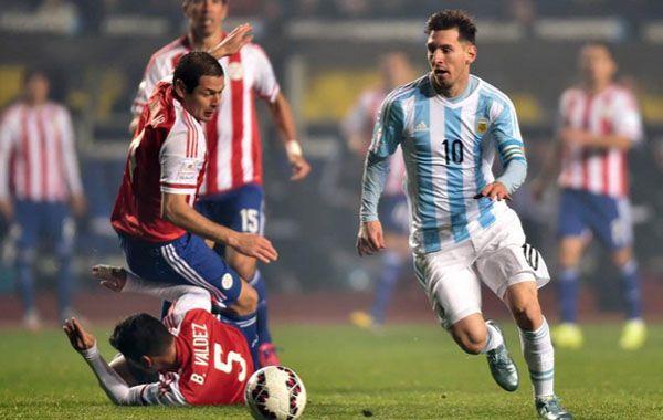 Una apilada Messi con caño incluido da la vuelta al mundo.