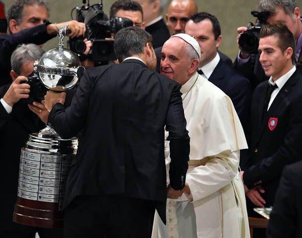 El Papa recibió la Copa del propio Marcelo Tinelli.