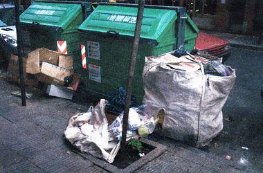 Cartoneros dejan sus bolsas al lado de los contenedores para ir recargando en el día
