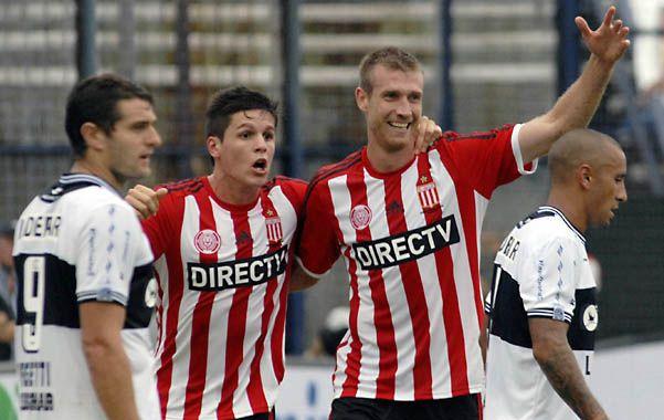 El 1-0. El defensor Schunke (derecha) festeja el primer tanto del Pincha junto al delantero Carrillo