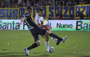 Marco Ruben trata de bloquear un despeje de Balbi. (Foto: L. Vincenti)