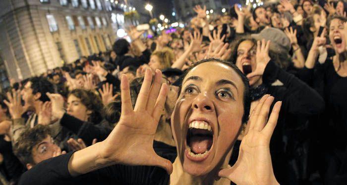 Pese a la prohibición, resiste en España la multitudinaria protesta por la crisis