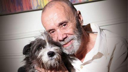 Raúl Portal junto a su perra Chicha Candela.