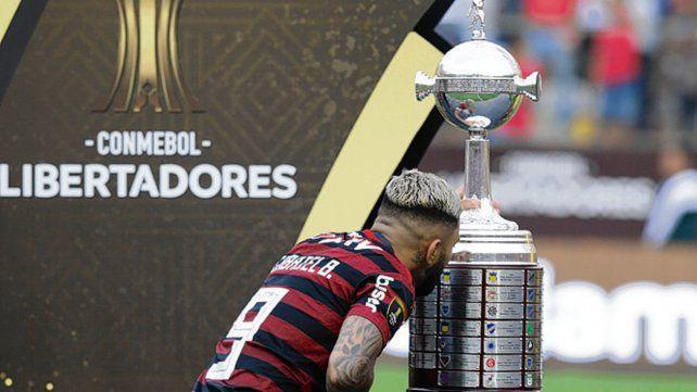 Sublime. Gabygol besa el trofeo tras ganar la última final.