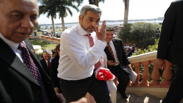 En apuros. Mario Abdo Benítez en las afueras del palacio presidencial de Asunción.