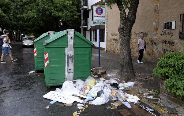 Por el piso. Los receptáculos de la Municipalidad se vieron desbordados por la cantidad de residuos.